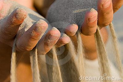 zand door je vingers